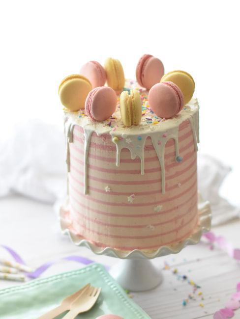 torta decorata con macarons