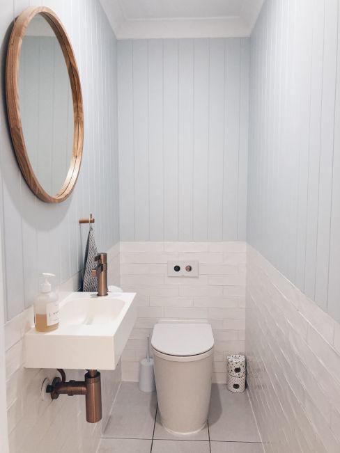bagno stretto con pareti bianche e azzurre