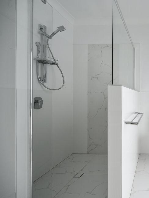 doccia chiara metà murata metà in vetro