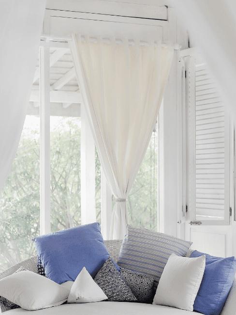 Dettaglio soggiorno con tenda bianca