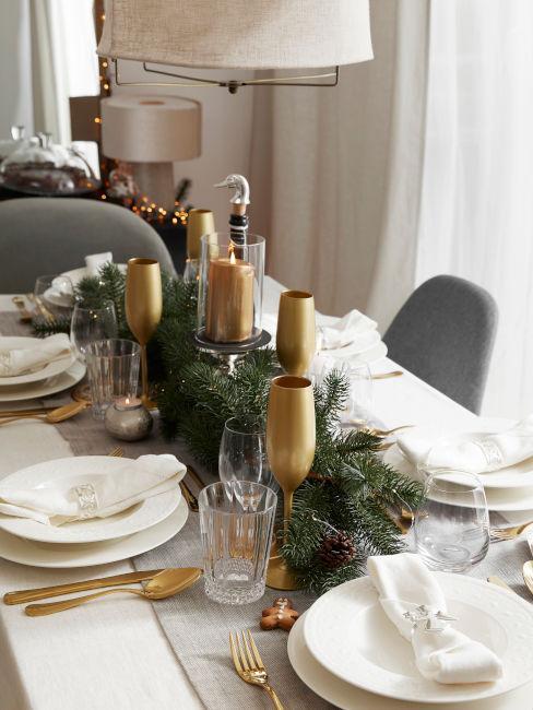 tavola bianca con centrotavola natalizio