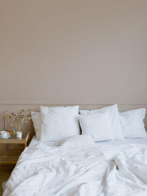parete beige dietro al letto