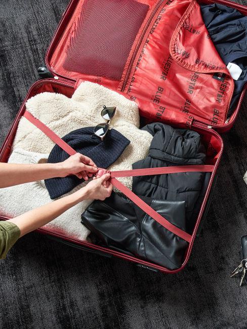 valigia rossa con indumenti