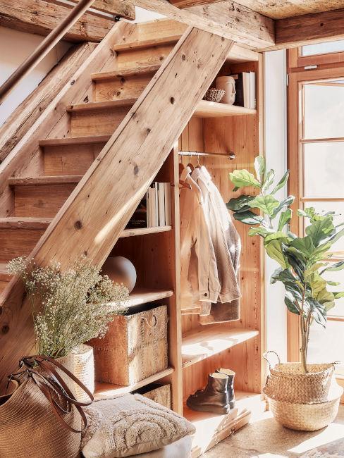 scala in legno con scaffalature idee per arredare il sottoscala
