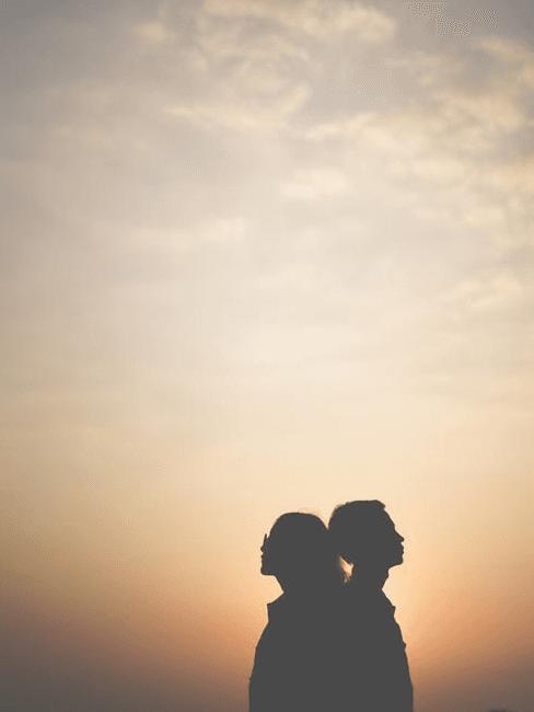 Coppia di sposi pronti per il viaggio di nozze