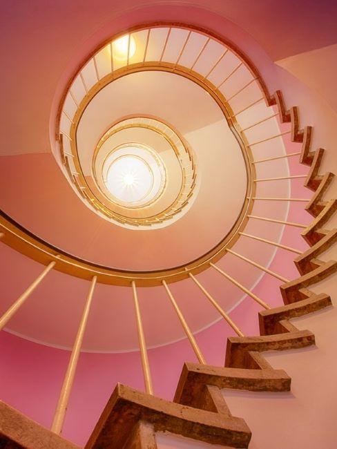 scala a chiocciola rosa vista dal basso