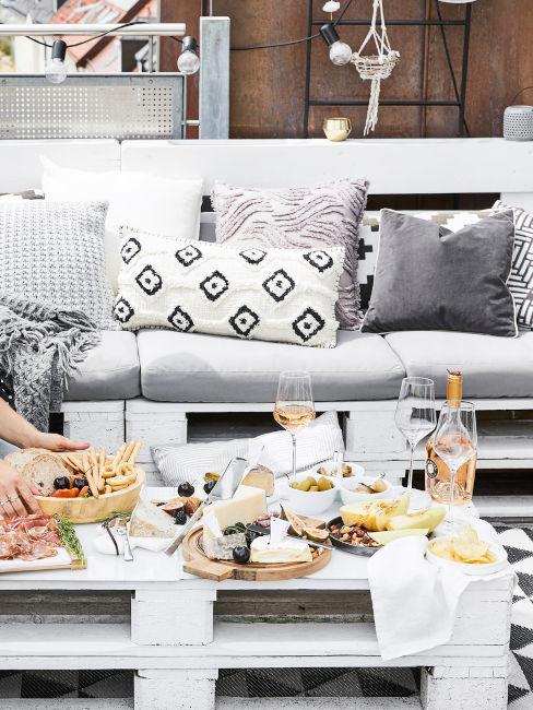 tavolino e divano bianco