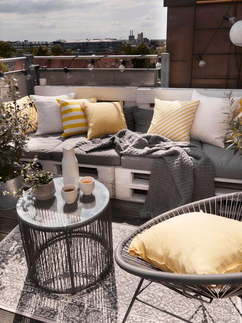 balcone con divano realizzato in pellet
