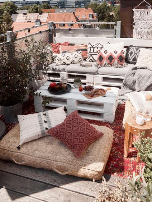 set da esterno con tavolino e divanetto realizzato in pallet