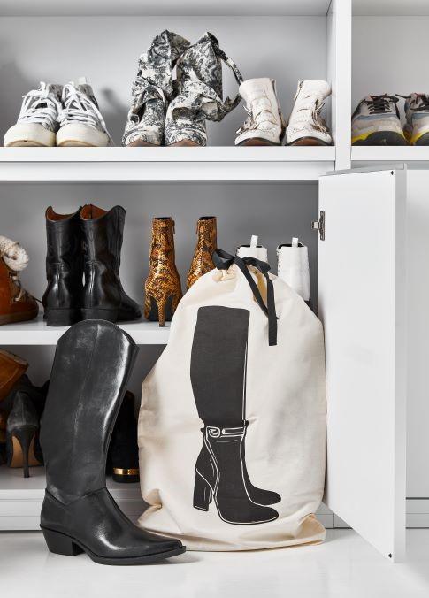 scarpiera con scarpe e stivali