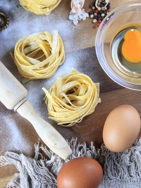 Pasta con uova e curcuma, mattarello