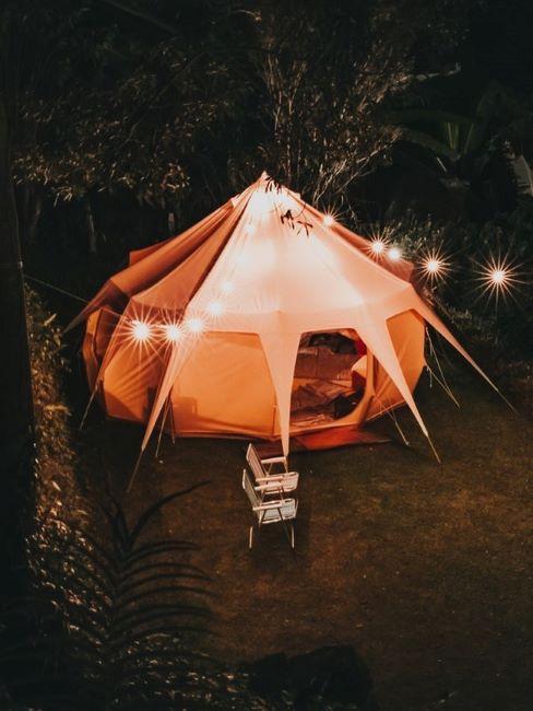 glamping con grande tenda illuminata di notte