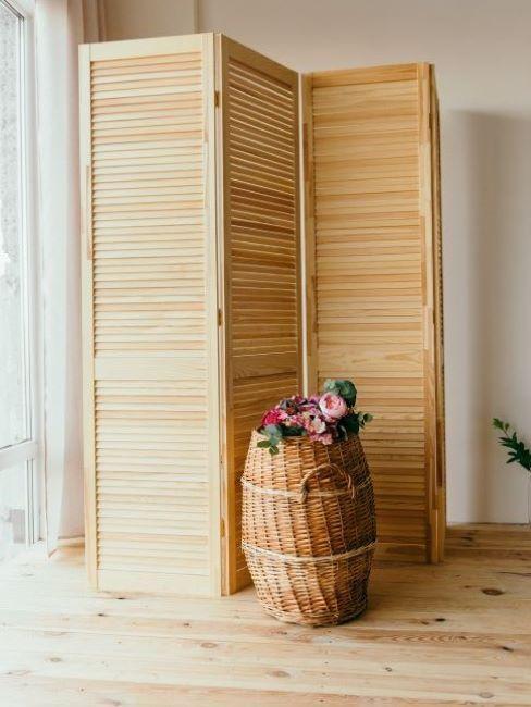 separè in legno e vaso di fiori