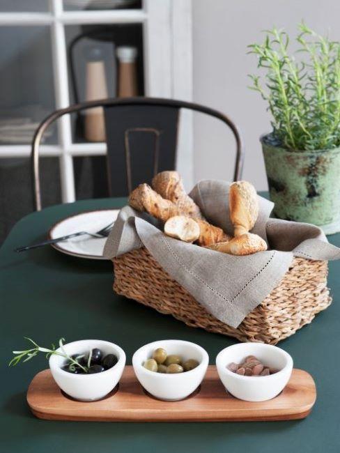 tavola apparecchiata per il pranzo con cesto di pane e rosmarino