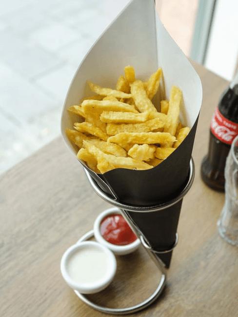 Colazione salata: patatine fritte con salse
