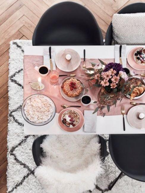 tavola apparecchiata per la colazione vista dall'alto
