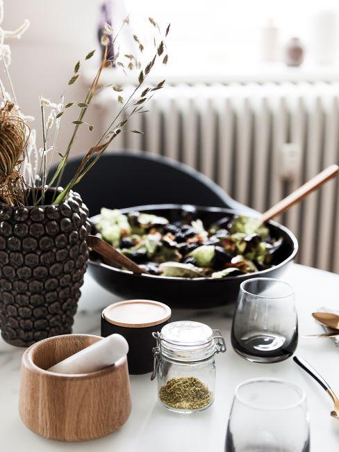 tavola apparecchiata con ciotola di insalata