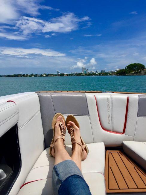 rimedi contro la nausea: donna in barca in mezzo al mare