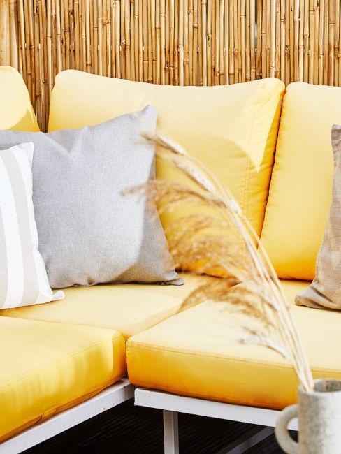 divano da esterno con cuscini gialli