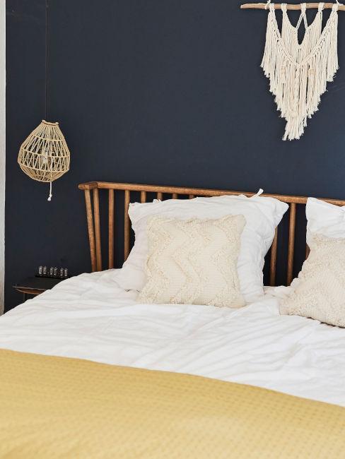 camera da letto blu con tessili gialli