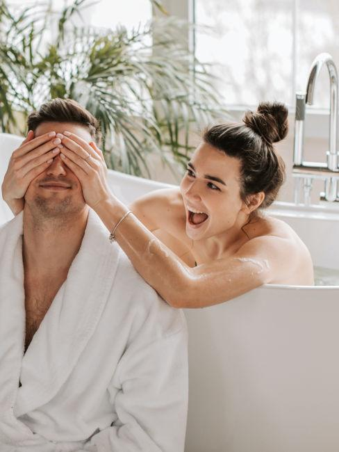 coppia di ragazzi in vasca da bagno