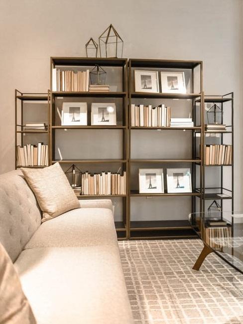 Pareti attrezzate: libreria in legno scuro in soggiorno