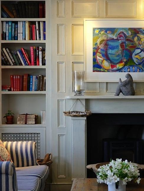 Pareti attrezzate: grande libreria in soggiorno classico