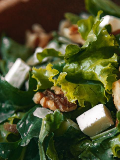 insalata mista con noci e formaggio