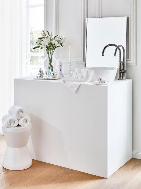 mobile bianco per bagno toni chiari