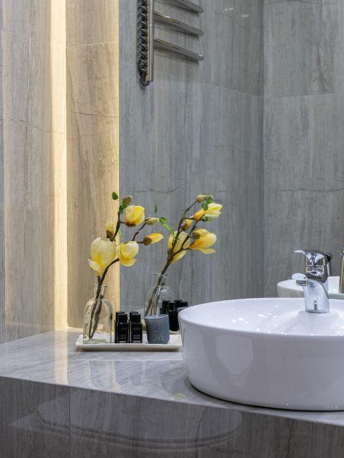 bagno in marmo con lavandino bianco
