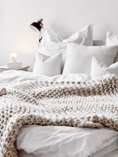 camera da letto con coperta greige