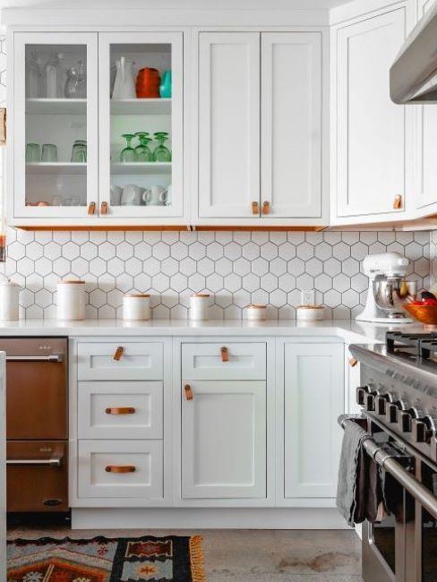 cucina rustica bianca con carta da parati con motivo piastrelle