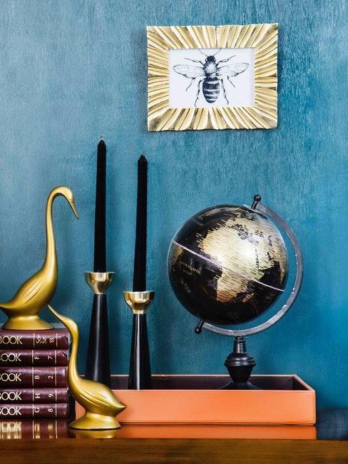 oggetti decorativi e mappamondo su parete blu
