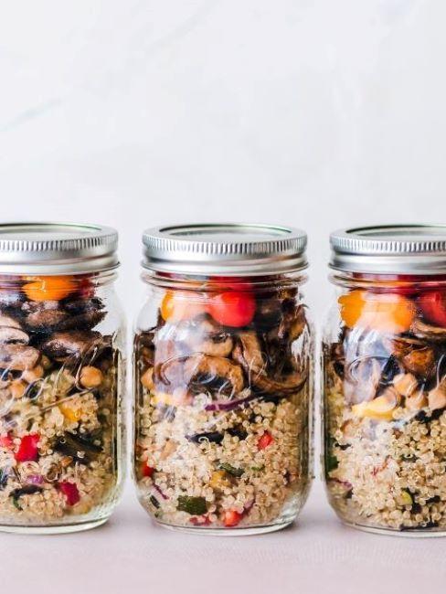 barattoli di vetro con quinoa e verdure