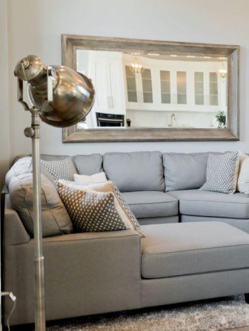 soggiorno stile industriale con lampada da terra in metallo