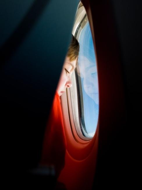 Bambino in aereo