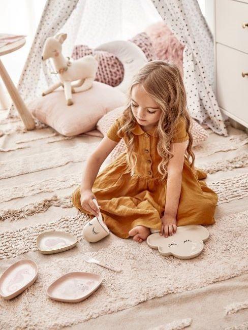 bambina che gioca in cameretta