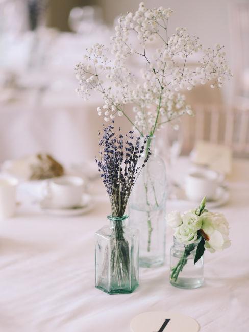 vasetti di vetro con fiori usati come centro tavola