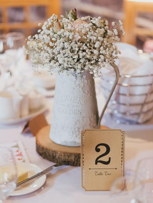 brocca in stile provenzale usata come centro tavola