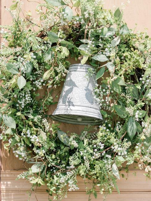 campana in ferro con ghirlanda di fiori