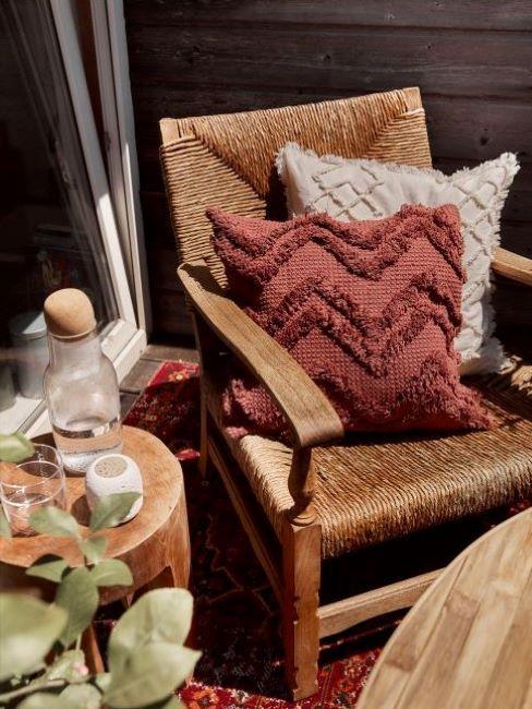 sedia con cuscini decorativi