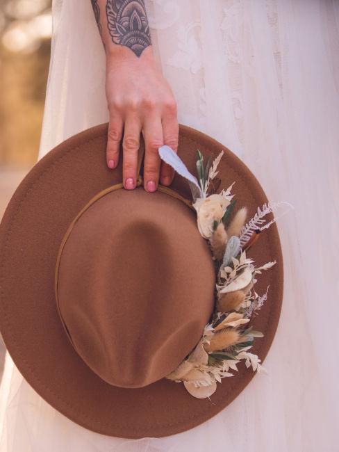cappello decorato con fiori
