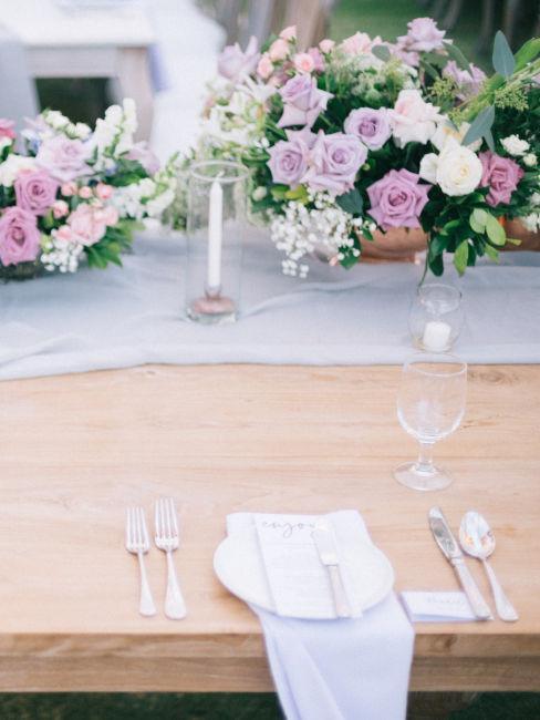 centravola con fiori lilla e bianchi