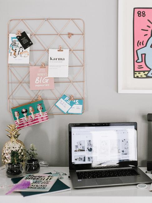 Scrivania lavoro con pc e decorazioni