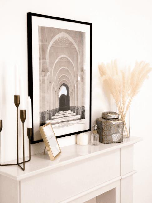 Dettaglio salotto con quadro e vasi