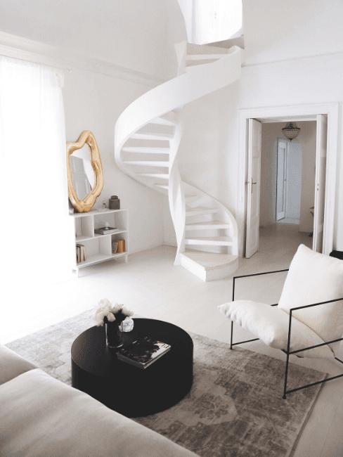 Scala a chiocciola in salotto con accessori minimal chic