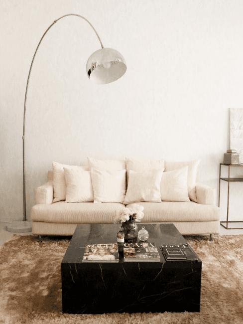Zona living con divano bianco e lampada ad arco