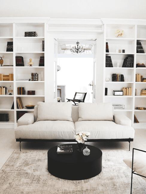 Zona living con divano bianco e libreria