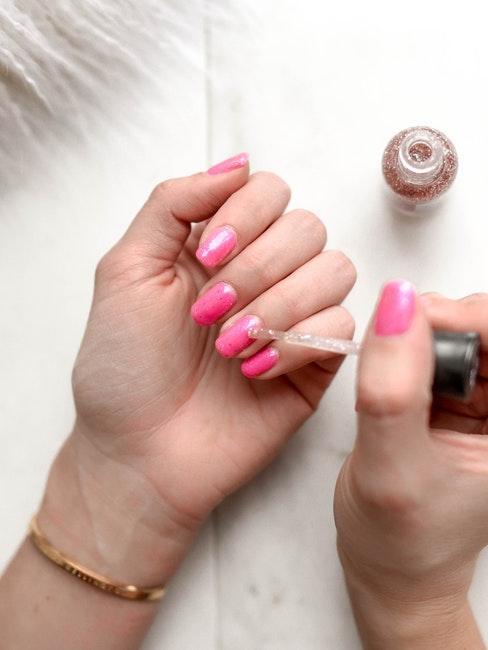 manicure con smalto rosa