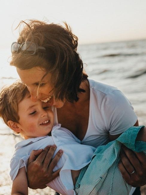 Mamma e figlio sulla spiaggia